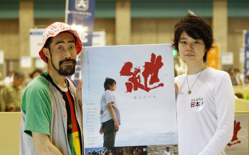 ポスターを手に。佐藤さんは映画で見るよりずっと背が高い!