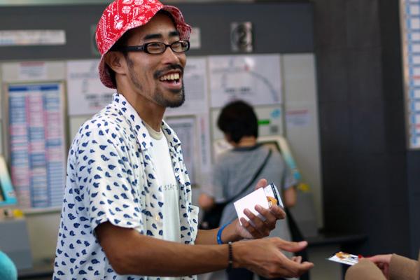 名刺カードを配ってPRするなすびさん@高松駅