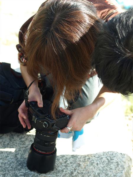 猛暑の中、何度も撮影・チェックを繰り返し、クオリティを上げていく。
