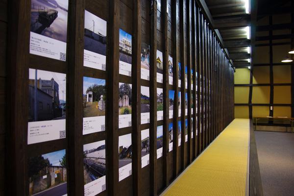 壁面にびっちりと並べられた写真