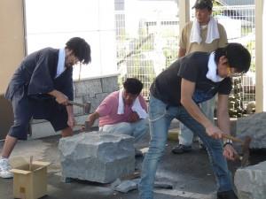 ロケ地見学:石工体験中!