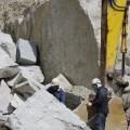 石も機材も大きくて、何だかサイズ感覚がおかしくなりそうな光景