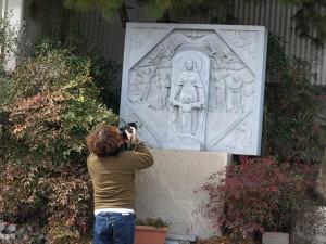 石の作品を撮影する藤里さん