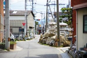 加工工場がたくさん並ぶ『石の街』の風景