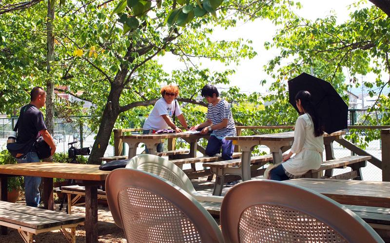 木漏れ日あふれるカフェテラス