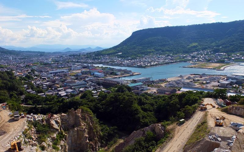大丁場より、前の山は屋島。広がる町並みは高松