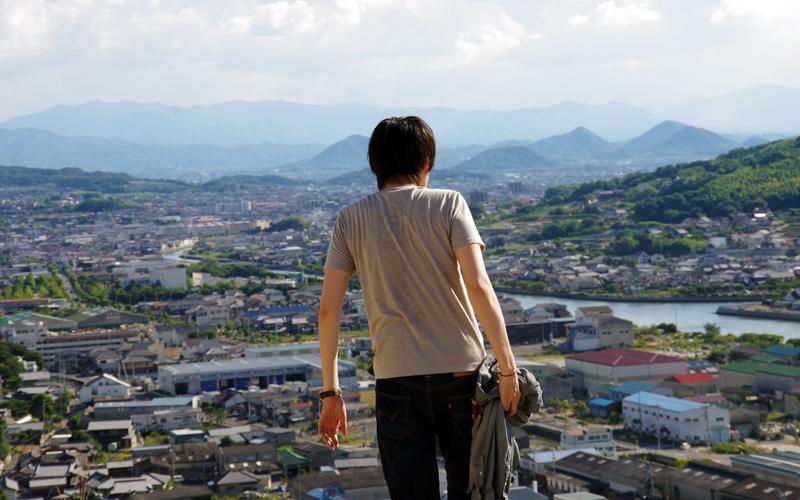 大丁場より高松の町並みを臨む佐藤貴広さん