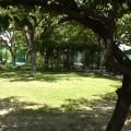テラスの前には庭。両サイドにはテニスコート