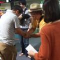藤里さんとがっちり握手。