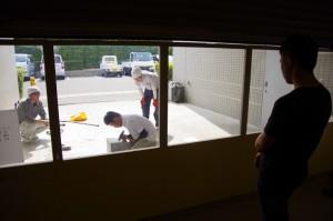 普段は見ることの出来ない職人さん達の作業風景。破片が飛んでくると危ないので、ガラス越しに。