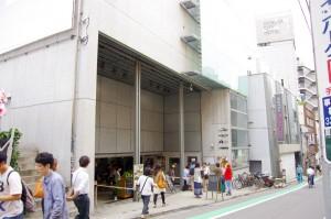 劇場の渋谷ユーロスペースはJR渋谷駅から歩いて10分程度です。