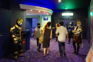 劇場入り口でお客様をお出迎え。