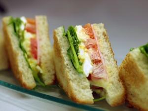 蕎麦粉で作ったパンのサンドイッチ