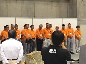 スタッフさんはオレンジ色のシャツ